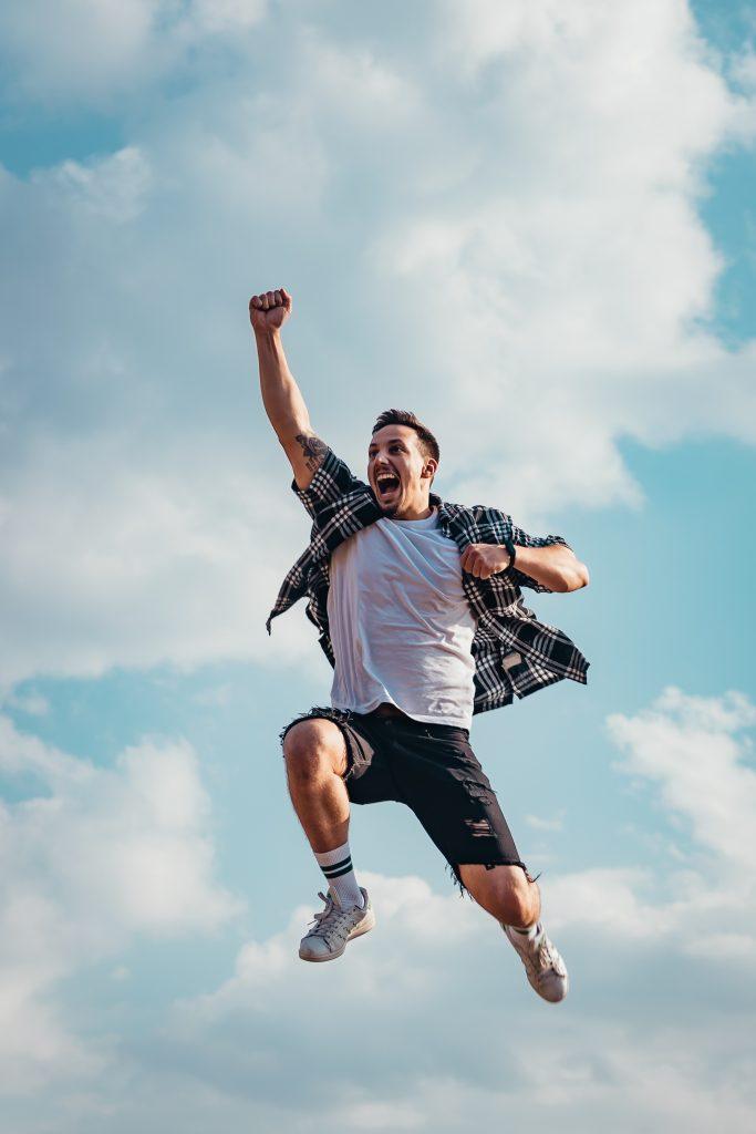 Man springt in de lucht van energie